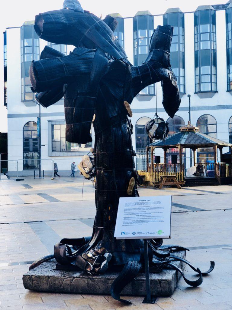 Statue recycling street art